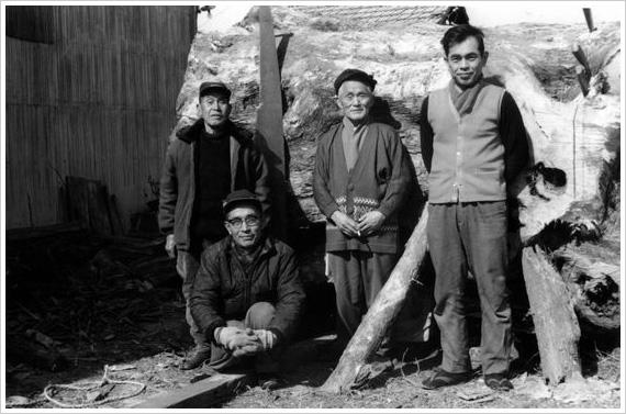 三榧の巨木の前で 木挽きの隣の大鋸に注目